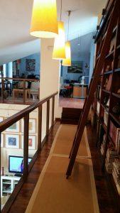 Biblioteca en casa de campo y estudio de pintura