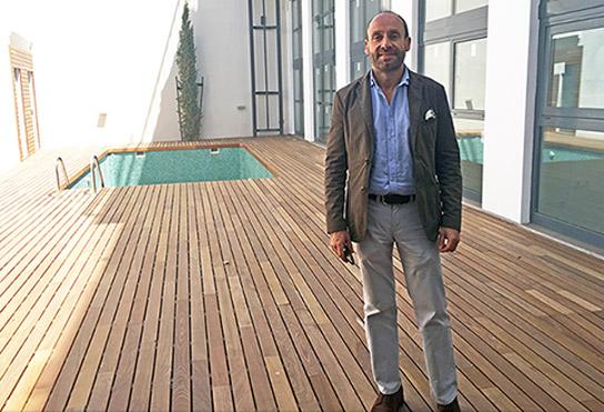 Honorio Aguilar en un edificio rehabilitado en la calle Guadalquivir